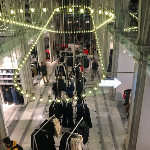 Photo taken at H&M by Nadia S. on 12/7/2015