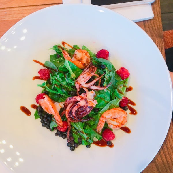 Нормальные порции (фото не передаёт), цены средние, салат сезонный с морепродуктами 150 грн 😋 В нем идеально сочетается все👌🏻 Коктейли в среднем 110+/-! Цены дешевле чем на Днепровской Набережной.