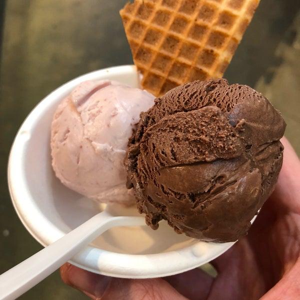 Das Foto wurde bei Jeni's Splendid Ice Creams von Anthony H. am 6/29/2018 aufgenommen
