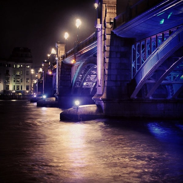 Photo taken at London Bridge by Dørīåñ C. on 12/17/2012