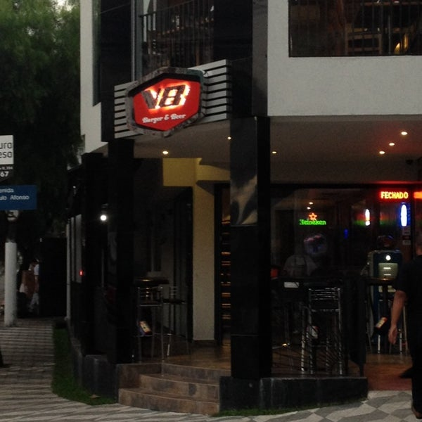 Foto tirada no(a) V8 Burger & Beer por Anderson R. em 2/18/2014