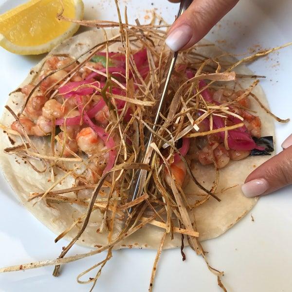 El taco de camarón con chile de agua es delicioso.