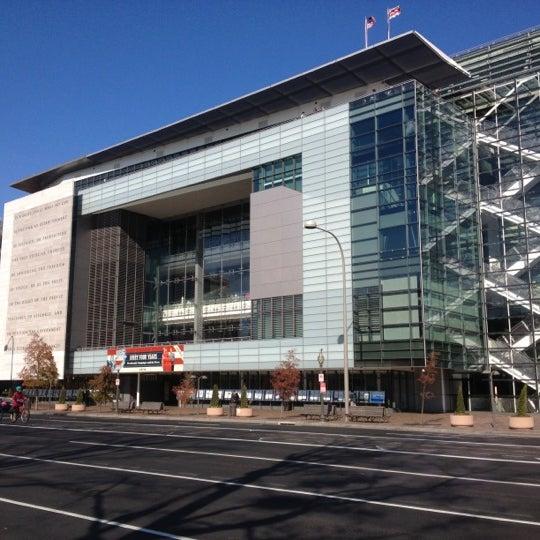 Foto tirada no(a) Newseum por Joanna L. em 11/29/2012