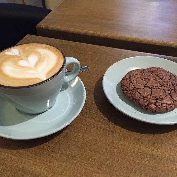 Снимок сделан в First Point Espresso Bar пользователем Yuriy L. 11/22/2015