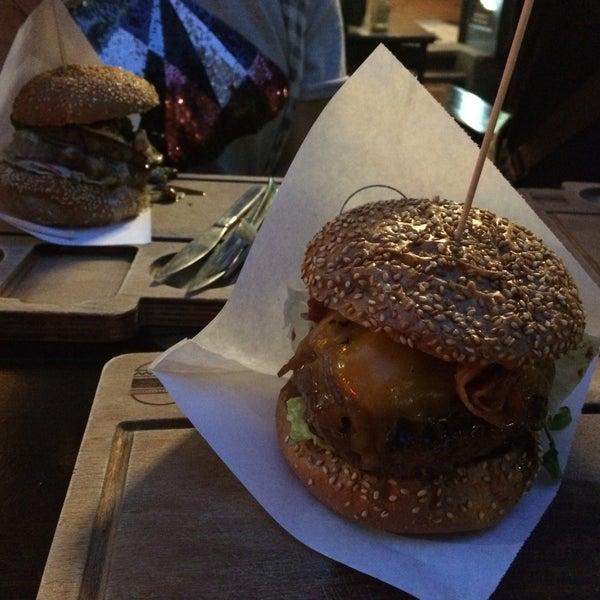Das Foto wurde bei BurgerArt von Victoria H. am 9/24/2016 aufgenommen