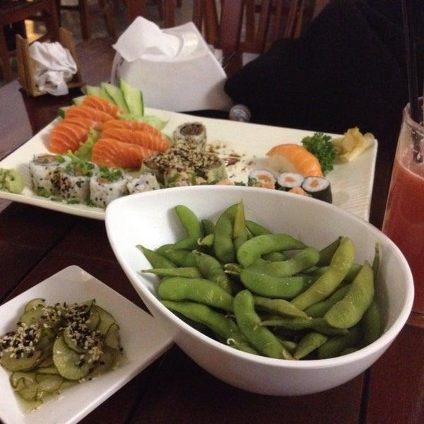 Sashimi bem fresco e bem servido! Sushi com boas variedades! Edamame estava estranho dessa última vez...