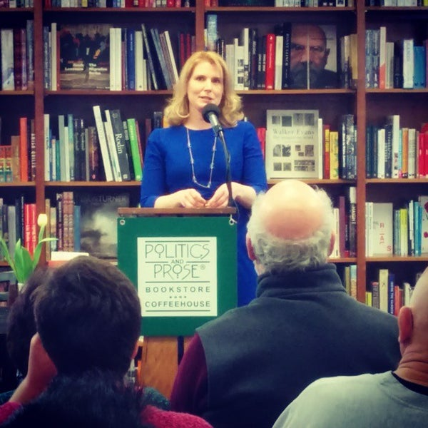 Foto tirada no(a) Politics & Prose Bookstore por Chris A. em 3/7/2015