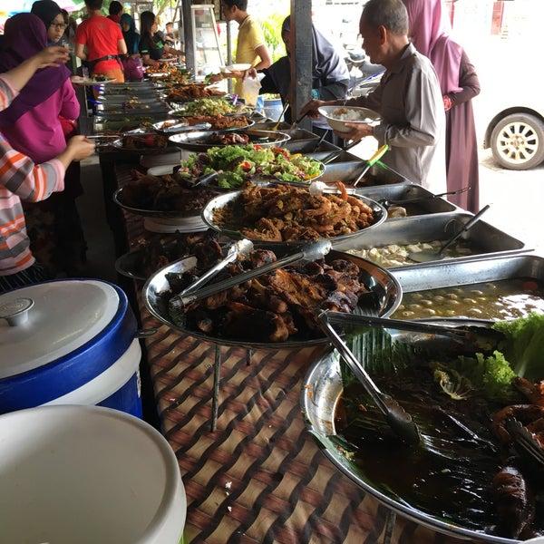 Photo taken at Warung AJA Selera Kampung by Emirul R. on 11/17/2016