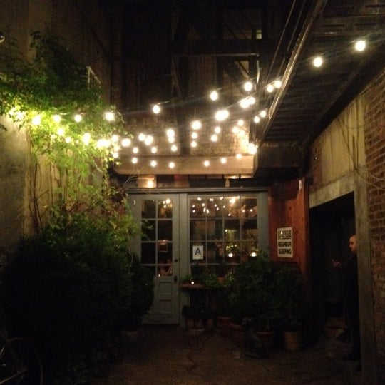Das Foto wurde bei Freemans von Shaya L. am 7/3/2012 aufgenommen