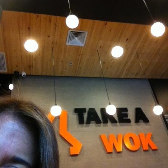 Foto scattata a Take a Wok da Claudia M. il 10/20/2012