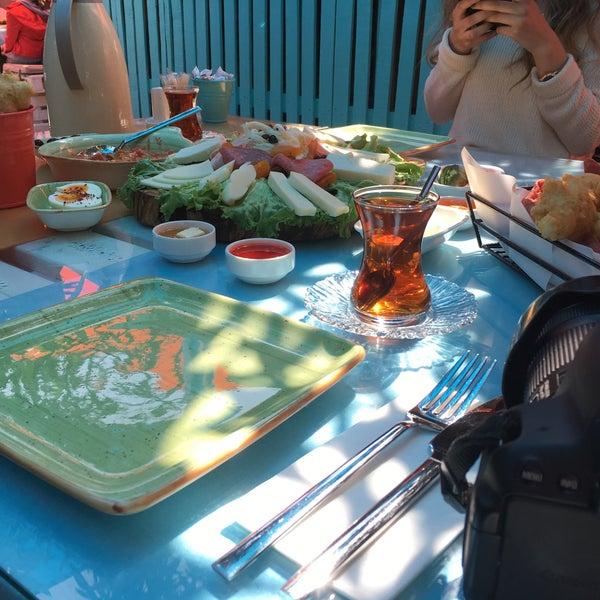 Das Foto wurde bei Büyükada Bistro Candy Garden von Eda Ç. am 4/15/2018 aufgenommen