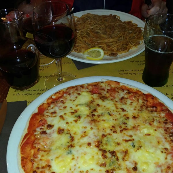 Pizza 4 queijos e espaguetti ao ragu