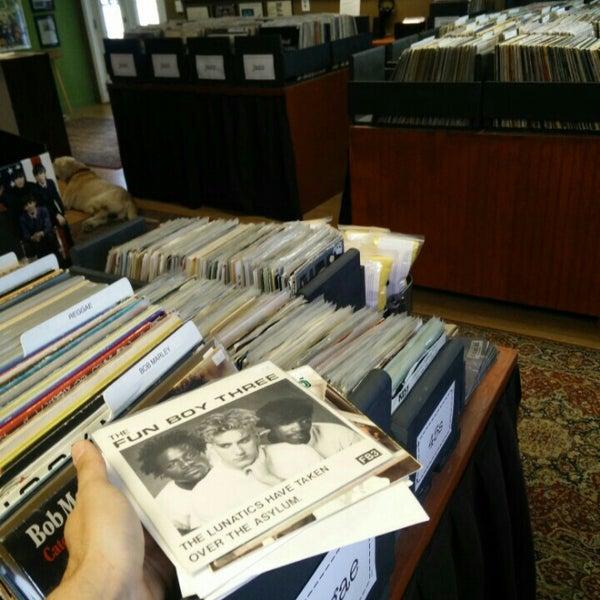 5/16/2015에 Walter Joel S.님이 Mojo Vinyl에서 찍은 사진