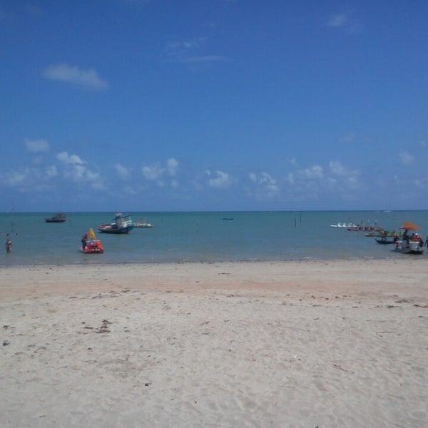 Foto tirada no(a) Praia de São Miguel dos Milagres por Vanessa B. em 1/18/2014