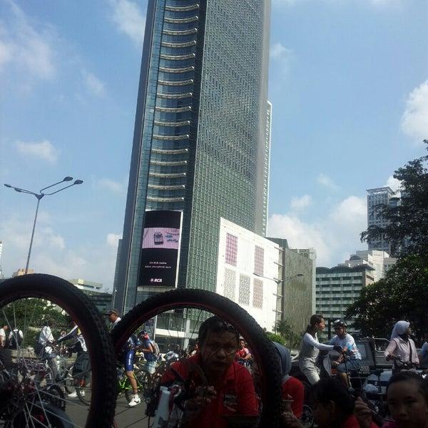 Photo taken at Bundaran Hotel Indonesia (Monumen Selamat Datang) by Oki S. on 3/24/2013