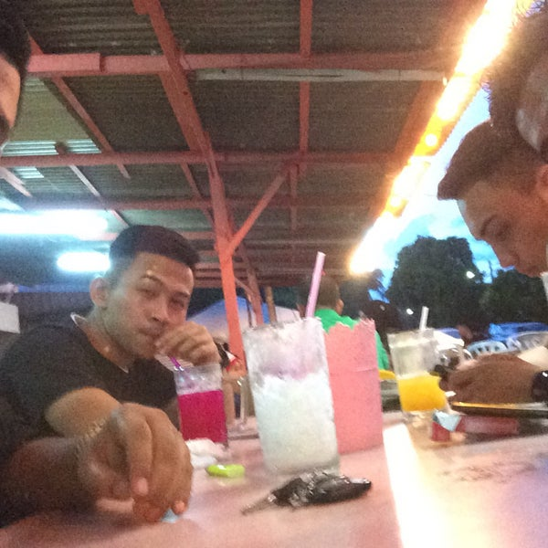 Photo taken at Air Buah Gelas Besar Terengganu by Alongfiz A. on 1/22/2016