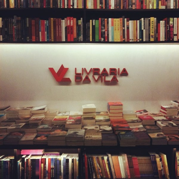 Photo taken at Livraria da Vila by Joi on 5/30/2013