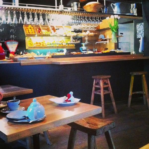 Úchvatná kavárna s milou obsluhou. Dalo by se tu sedět od snídaně do večeře. Vajíčka, sladké/slané palačinky, denní polévka, těstoviny i steaky. A kremrole! (Pozor, neberou platební karty.)
