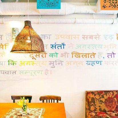 Меню состоит из классики индийской кухни. Одно из самых популярных — креветки в кисло-сладком соусе с тонким рисом басмати и спаржей. Есть специальный вегетарианский раздел.