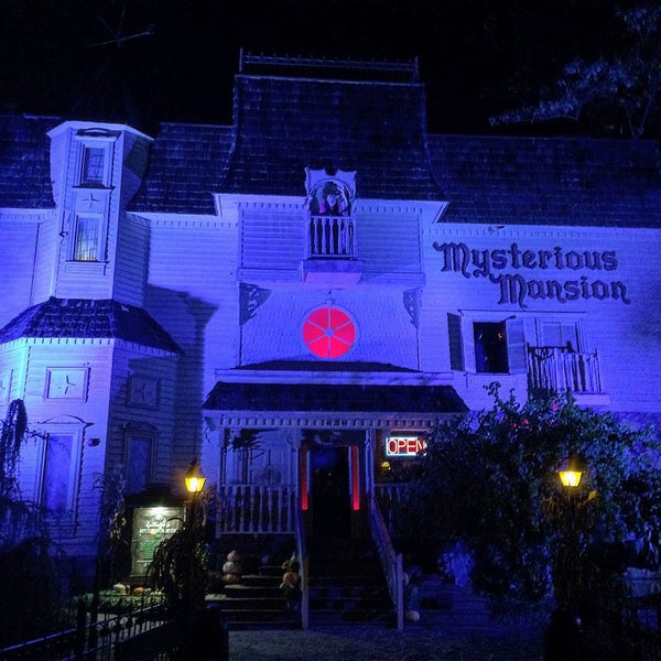 Foto diambil di Mysterious Mansion oleh Brian G. pada 10/26/2016