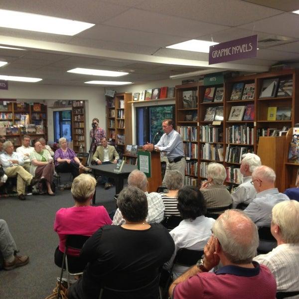 Foto tirada no(a) Politics & Prose Bookstore por Philip L. em 7/12/2013