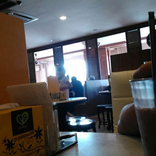Photo taken at OldTown White Coffee by Iylia A. on 7/24/2016