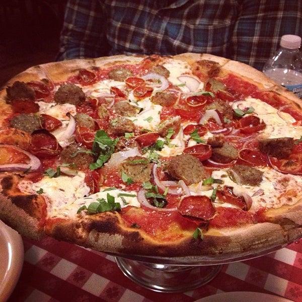 Das Foto wurde bei Lombardi's Coal Oven Pizza von Lara S. am 4/17/2013 aufgenommen