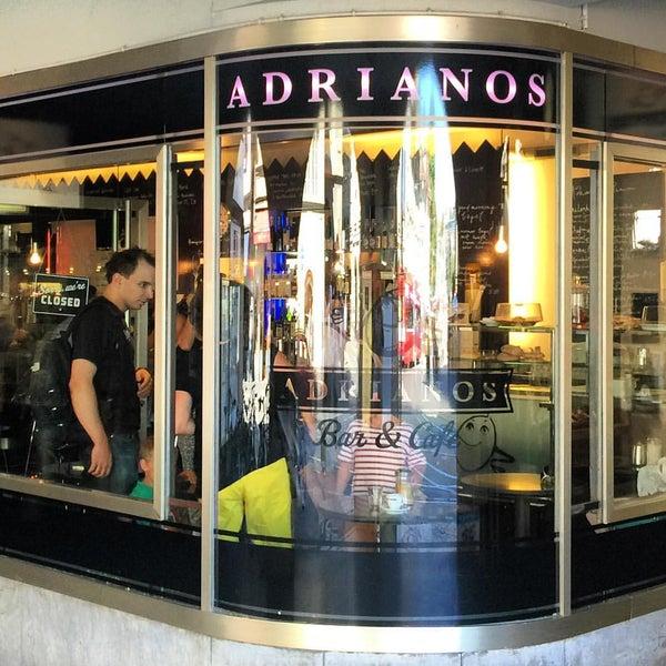 Foto tirada no(a) Adriano's Bar & Café por Nils R. em 8/28/2015