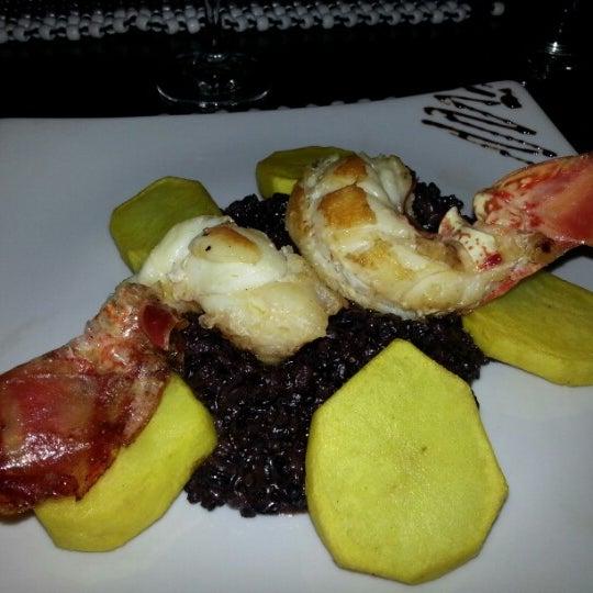 Restaurante muito bom, ambiente agradável, música boa, atendimento excelente. Experimente a Lagosta Gato Negro.