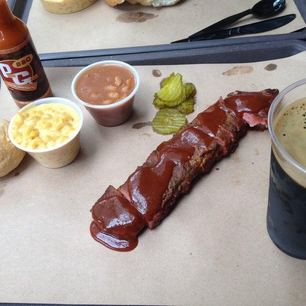 Foto tomada en Pinche Gringo BBQ Patio por Jassie T. el 9/13/2015