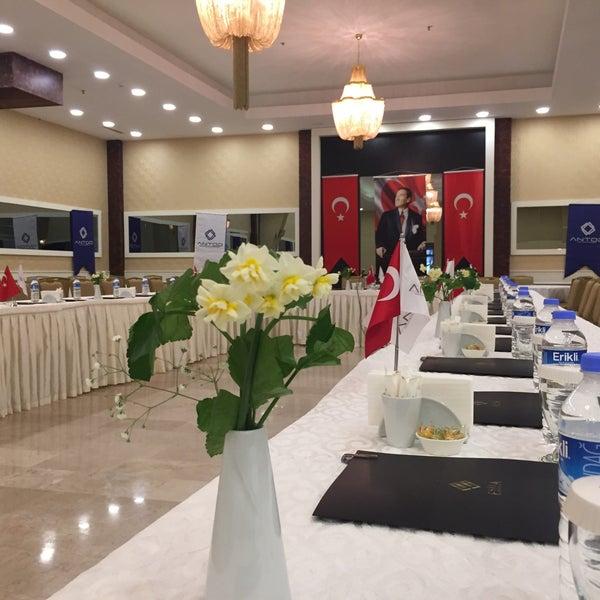 Foto scattata a Esila Hotel Ankara da Hotel E. il 12/24/2017