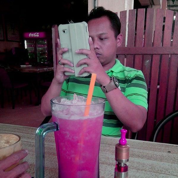 Photo taken at Restoran Pinang Sebatang by Syafiq S. on 5/31/2013