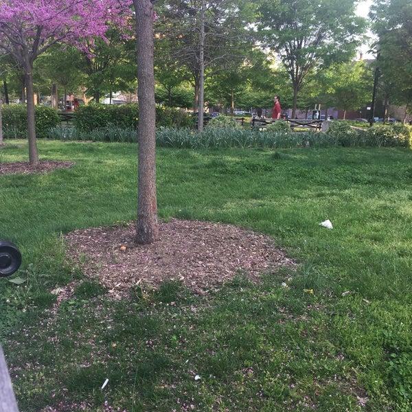Das Foto wurde bei MacDonald Park von NYC H. am 4/29/2017 aufgenommen