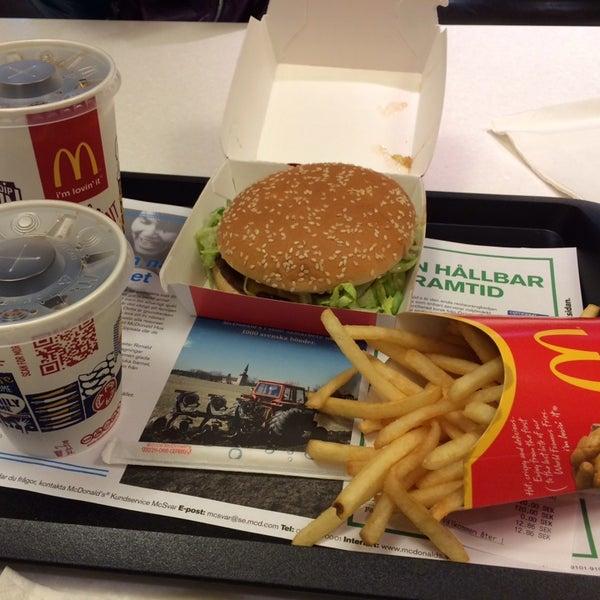 Photo taken at McDonald's by Samril on 10/26/2013