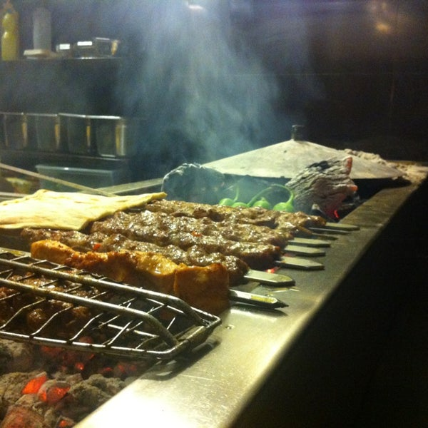 Photo prise au Makara Charcoal Grill & Meze par Avi G L. le1/17/2013