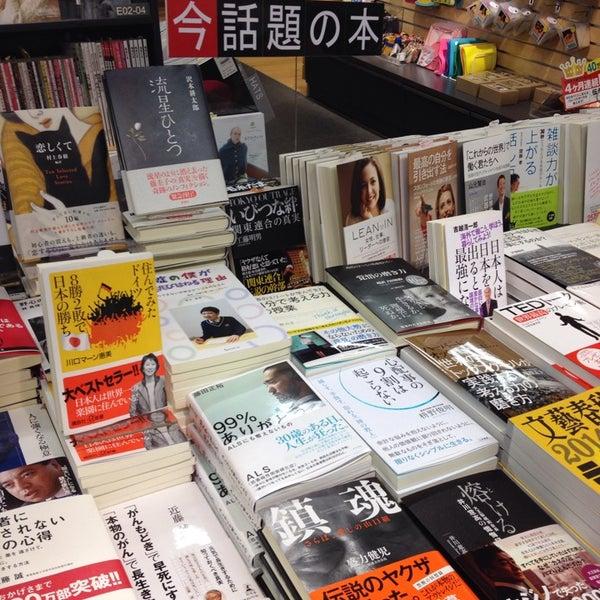 รูปภาพถ่ายที่ Kinokuniya Bookstore โดย Adam H. เมื่อ 1/10/2014