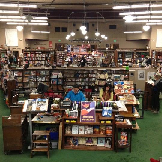 รูปภาพถ่ายที่ Tattered Cover Bookstore โดย Eric G. เมื่อ 12/20/2012