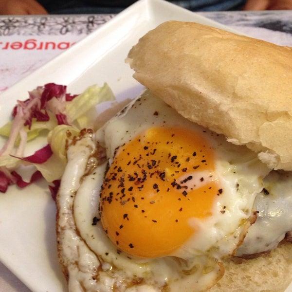 Foto scattata a QUARTO Burger & Drinks da Marialuisa P. il 5/17/2014