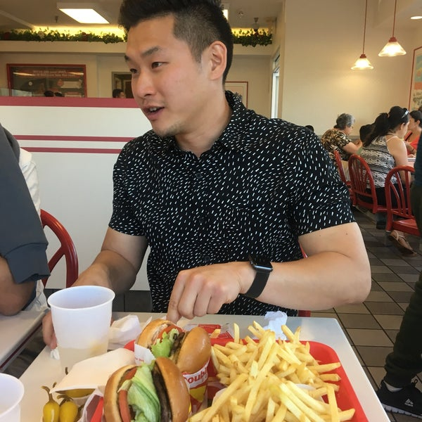 Foto tomada en In-N-Out Burger  por Jeanne K. el 6/26/2017