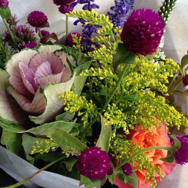 Das Foto wurde bei Sycamore Flower Shop + Bar von Maritsa P. am 10/11/2013 aufgenommen
