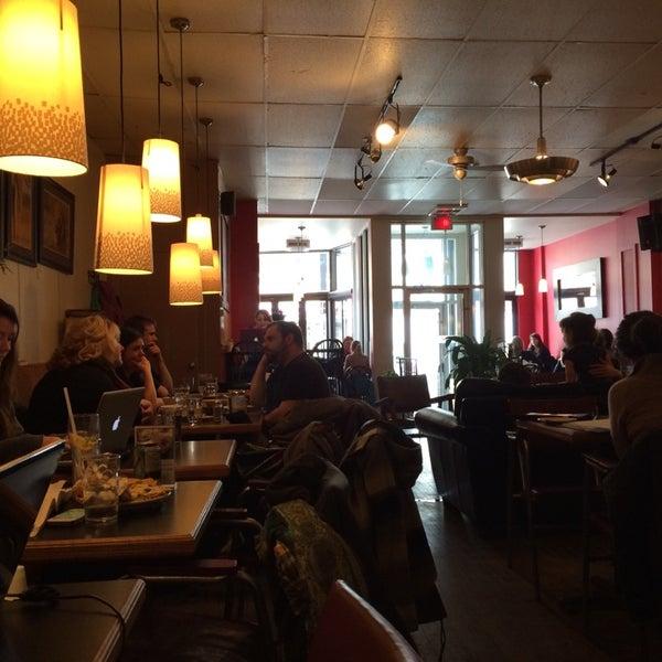 3/22/2014 tarihinde Denis R.ziyaretçi tarafından Café Lézard'de çekilen fotoğraf