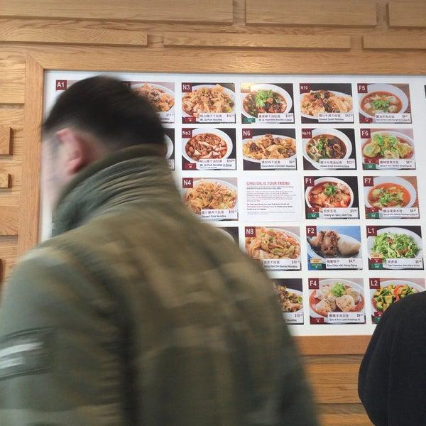 Foto tirada no(a) Xi'an Famous Foods por Henry C. em 11/22/2017