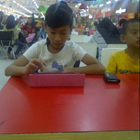 Photo taken at Giant by Iwan B. on 8/1/2013