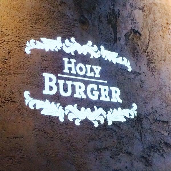 Das Foto wurde bei Holy Burger von Mathey am 10/11/2013 aufgenommen