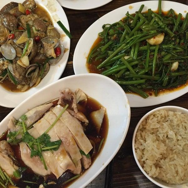 Photo taken at 五星海南鸡饭 | Five Star Hainanese Chicken Rice by Jisun M. on 5/5/2016