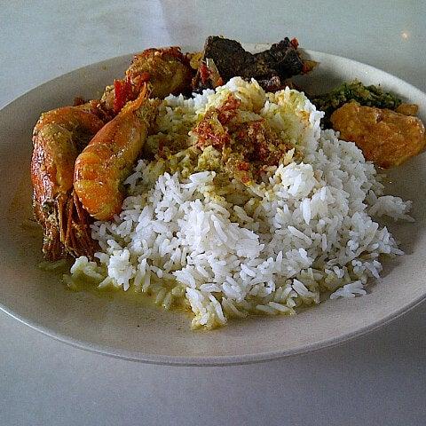 Photo taken at Restoran Sambal Hijau by Firdaus A. on 11/28/2012