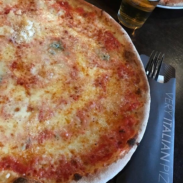Photo taken at Very Italian Pizza by Xavi V. on 11/20/2016
