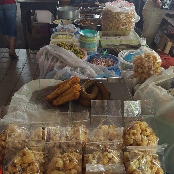 Photo taken at Kao Soi Lamduan Fa Ham by Jenn N. on 9/22/2017