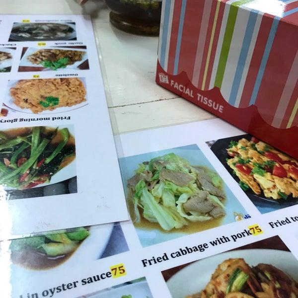 Photo prise au ร้านยืนรอ ก๋วยเตี๋ยวน่องไก่ตุ๋น par Pichaya N. le6/