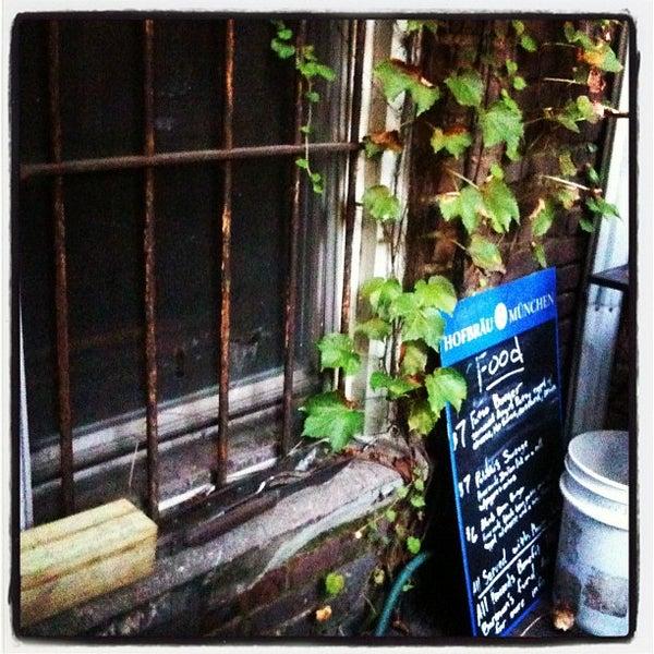 Das Foto wurde bei Sycamore Flower Shop + Bar von Matt K. am 9/14/2012 aufgenommen